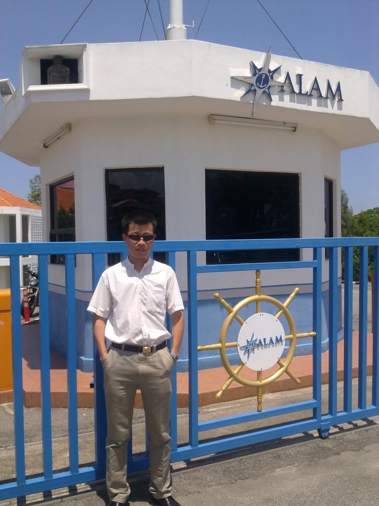 老实人在马来西亚海事学院门口